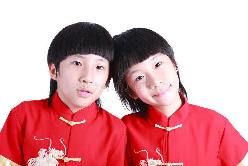 Χαριτωμένο αγόρι που φορά το κόκκινο κινεζικό κοστούμι στοκ φωτογραφία