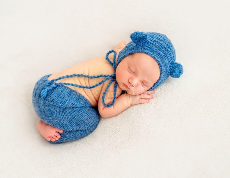 Χαριτωμένο αγόρι στον μπλε ύπνο καπό στοκ εικόνα