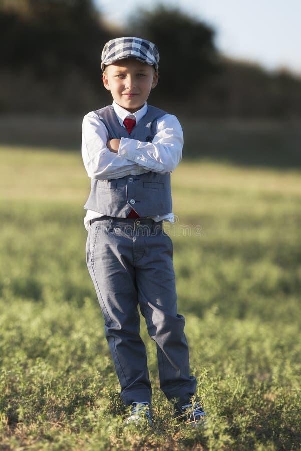 Χαριτωμένο αγόρι στον τομέα στοκ εικόνες