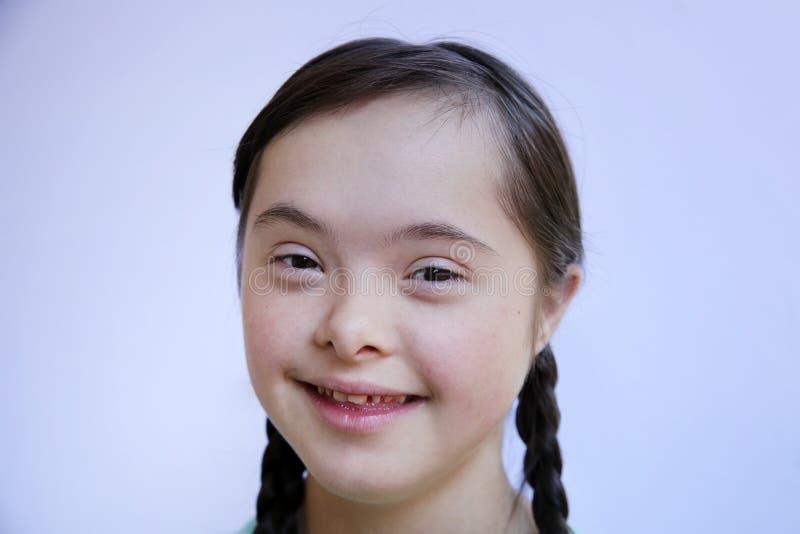 Χαριτωμένο απομονωμένο μικρό κορίτσι υπόβαθρο του τοίχου στοκ εικόνες