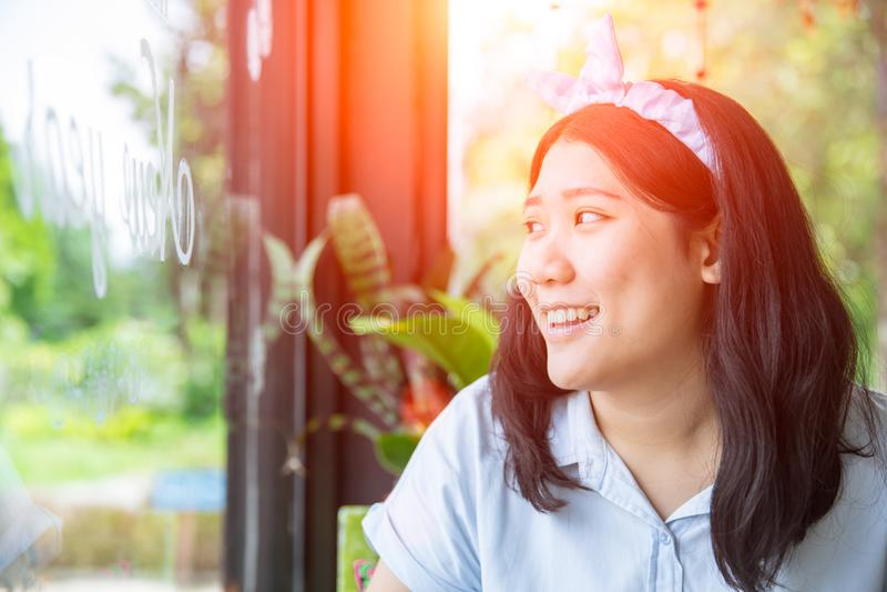 Χαριτωμένο ασιατικό chubby παχουλό παχύ νέο χαμόγελο εφήβων στοκ φωτογραφία με δικαίωμα ελεύθερης χρήσης