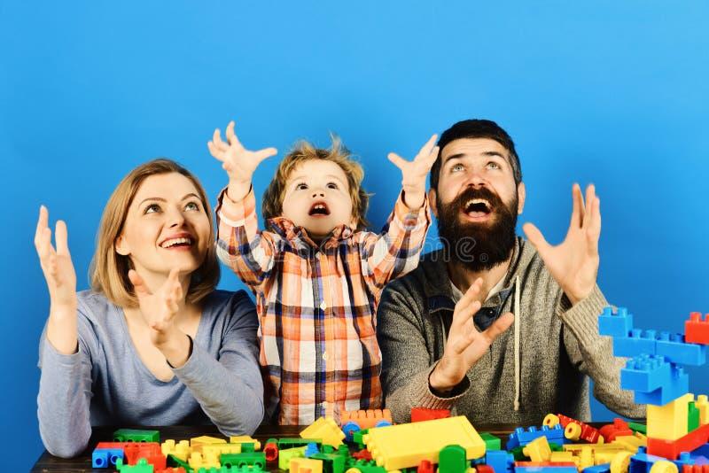 Χαριτωμένο αστείο παιχνίδι αγοριών preschooler μικρό με τους φραγμούς κατασκευής στοκ εικόνα