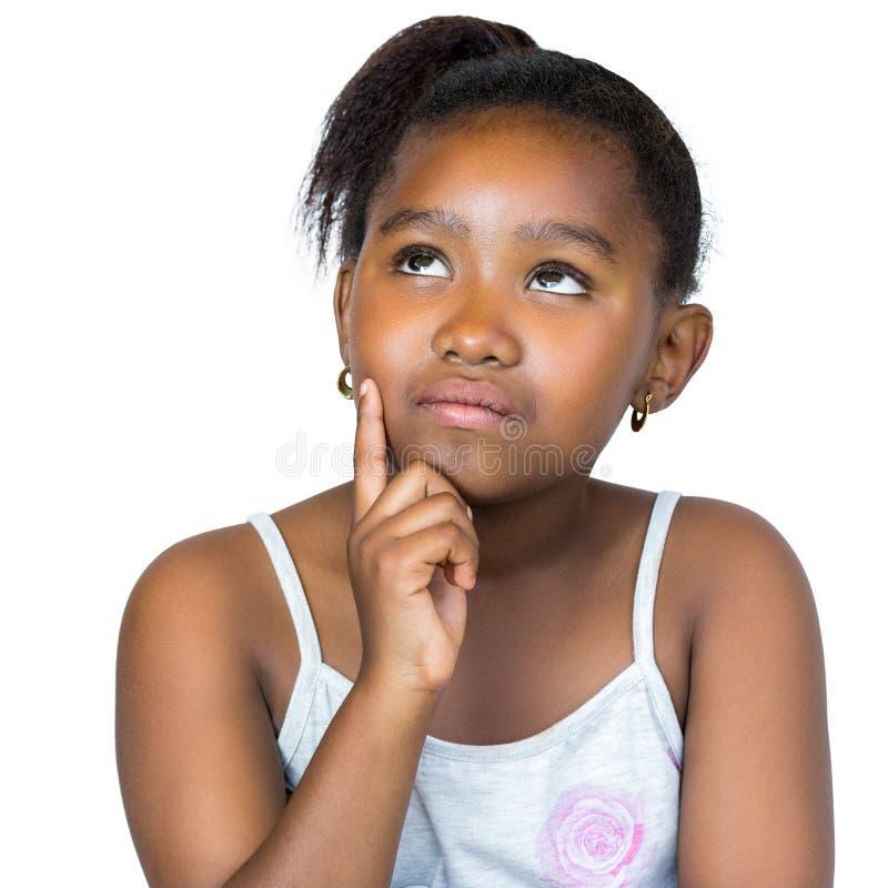 Χαριτωμένο αφρικανικό κορίτσι που ανατρέχει με το δάχτυλο στο μάγουλο στοκ εικόνες με δικαίωμα ελεύθερης χρήσης