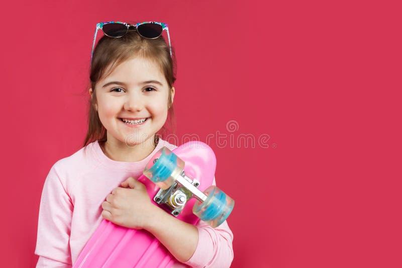 Χαριτωμένο γελώντας κορίτσι με έναν πίνακα πενών στοκ φωτογραφίες