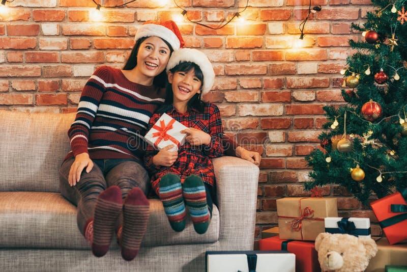 Χαριτωμένο δώρο εκμετάλλευσης κοριτσιών που παρουσιάζει μεγάλο οδοντωτό χαμόγελο στοκ φωτογραφία