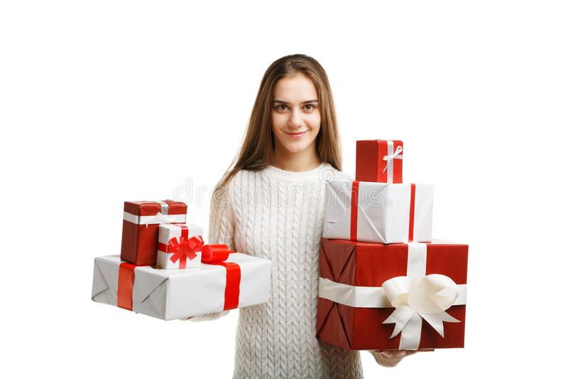 Χαριτωμένο δώρο Χριστουγέννων εκμετάλλευσης μικρών κοριτσιών χαμόγελου που απομονώνεται στο άσπρο υπόβαθρο Έννοια διακοπών στοκ εικόνες