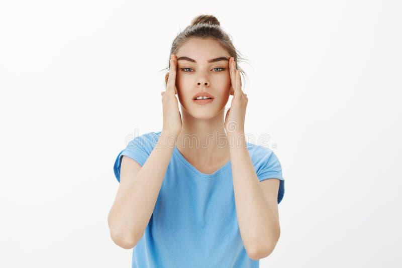 Χαριτωμένο ευρωπαϊκό κορίτσι που εξετάζει το πρόσωπο στον καθρέφτη, που κάνει skincare τις διαδικασίες, σχετικά με το πρόσωπο κον στοκ εικόνα με δικαίωμα ελεύθερης χρήσης