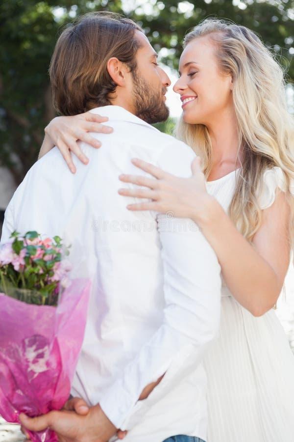 Χαριτωμένο ζεύγος που αγκαλιάζει κατά μια ημερομηνία στοκ εικόνες