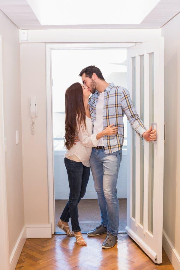 Χαριτωμένο ζεύγος που περπατά μέσω της πόρτας στοκ φωτογραφίες με δικαίωμα ελεύθερης χρήσης