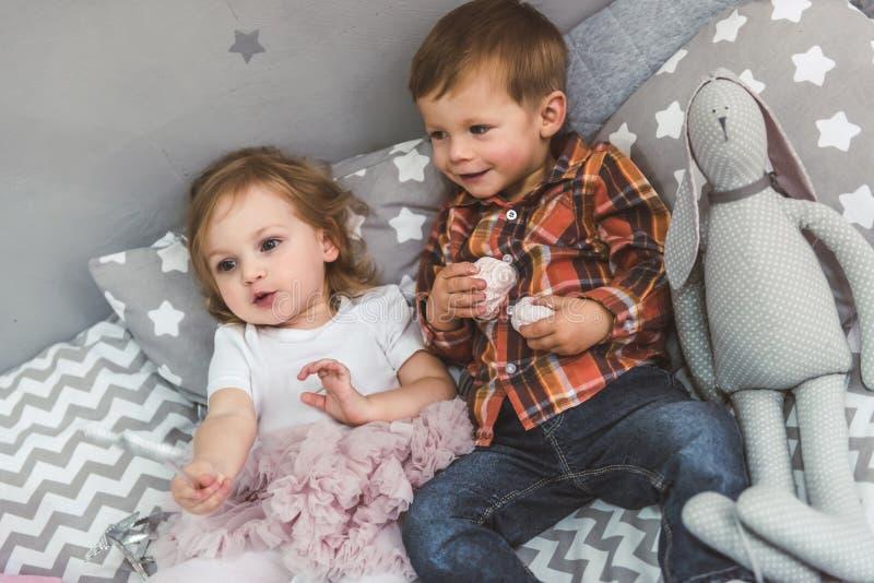 Χαριτωμένο ζεύγος των παιδιών στοκ εικόνες με δικαίωμα ελεύθερης χρήσης