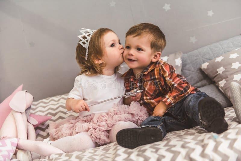 Χαριτωμένο ζεύγος των παιδιών στοκ εικόνα