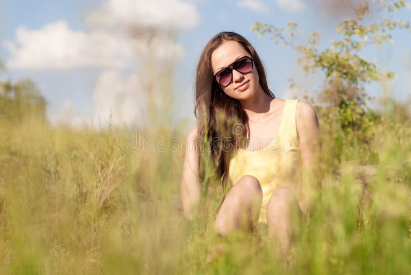 Χαριτωμένο θερινό κορίτσι που έχει ένα υπόλοιπο υπαίθριο στοκ φωτογραφία