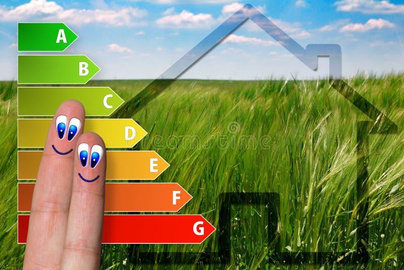 Χαριτωμένο διάγραμμα της εκτίμησης ενεργειακής αποδοτικότητας σπιτιών με δύο χαριτωμένα ευτυχή δάχτυλα και το πράσινο υπόβαθρο διανυσματική απεικόνιση
