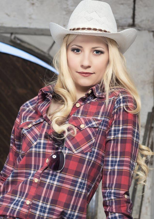 Χαριτωμένο και ευτυχές Cowgirl μέσα Cattleshed στοκ φωτογραφία με δικαίωμα ελεύθερης χρήσης
