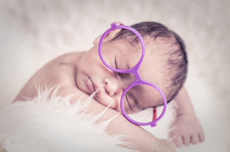 Χαριτωμένο και λατρευτό νεογέννητο μωρό με τον ύπνο κοστουμιών στοκ εικόνες με δικαίωμα ελεύθερης χρήσης