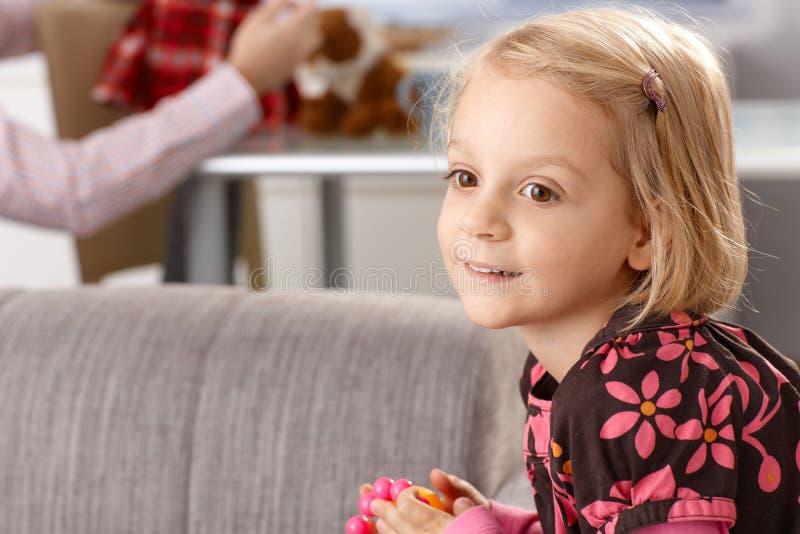 χαριτωμένο κορίτσι λίγο χαμόγελο πορτρέτου στοκ εικόνες