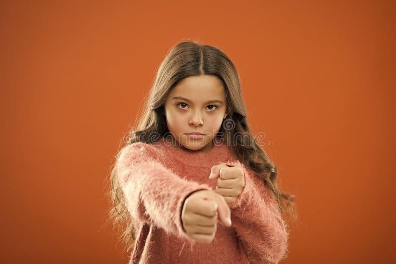 Χαριτωμένο κορίτσι αλλά δυνατό Αυτοάμυνα για τα παιδιά Υπερασπιστείτε την αθωότητα Πώς μαθαίνουμε στα παιδιά να υπερασπίζονται το στοκ φωτογραφία με δικαίωμα ελεύθερης χρήσης