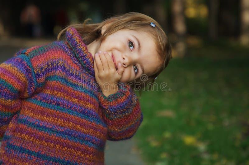 χαριτωμένο κορίτσι εύθυμ&omic στοκ φωτογραφίες με δικαίωμα ελεύθερης χρήσης