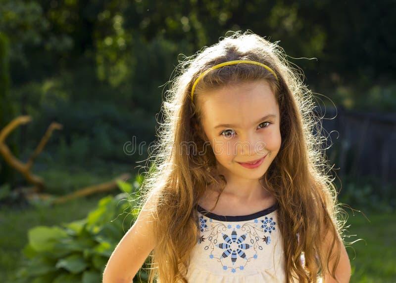 χαριτωμένο κορίτσι ημέρας λίγο καλοκαίρι λιβαδιών στοκ εικόνες