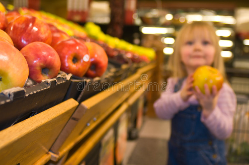 χαριτωμένο κορίτσι λίγο τμήμα προϊόντων στοκ φωτογραφία
