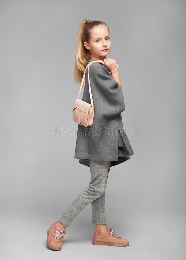Χαριτωμένο κορίτσι με μια τσάντα στο photostudio στοκ εικόνα με δικαίωμα ελεύθερης χρήσης