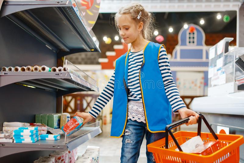 Χαριτωμένο κορίτσι με την παίζοντας πωλήτρια καλαθιών, χώρος για παιχνίδη στοκ εικόνα