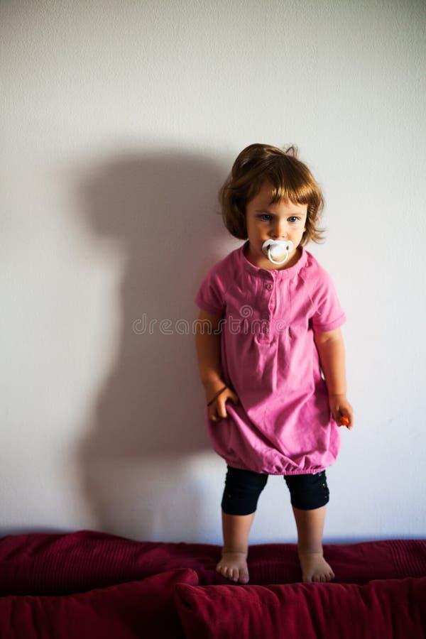 Χαριτωμένο κορίτσι με τον ειρηνιστή στοκ εικόνες με δικαίωμα ελεύθερης χρήσης