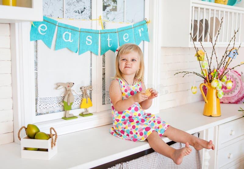 Χαριτωμένο κορίτσι μικρών παιδιών με τη διακόσμηση Πάσχας στοκ φωτογραφίες