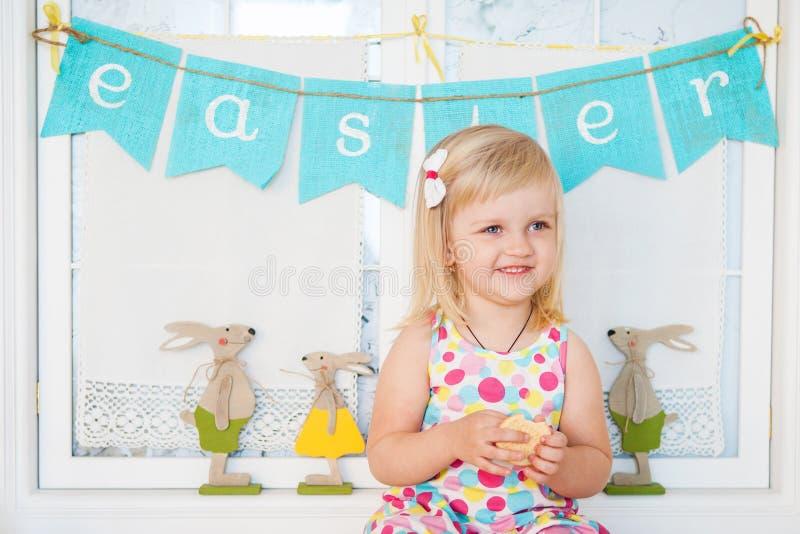 Χαριτωμένο κορίτσι μικρών παιδιών με τη διακόσμηση Πάσχας στοκ εικόνες με δικαίωμα ελεύθερης χρήσης