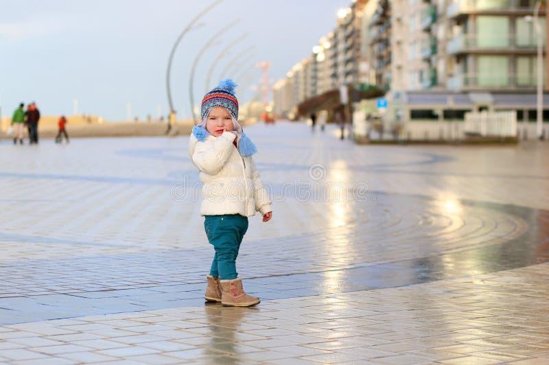 Χαριτωμένο κορίτσι μικρών παιδιών που περπατά στο χειμερινό περίπατο στοκ φωτογραφίες με δικαίωμα ελεύθερης χρήσης
