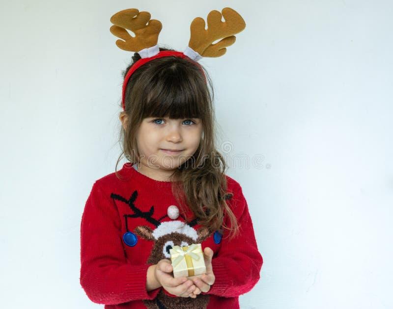 Χαριτωμένο κορίτσι παιδιών που φορά το καπέλο Santa στοκ εικόνες