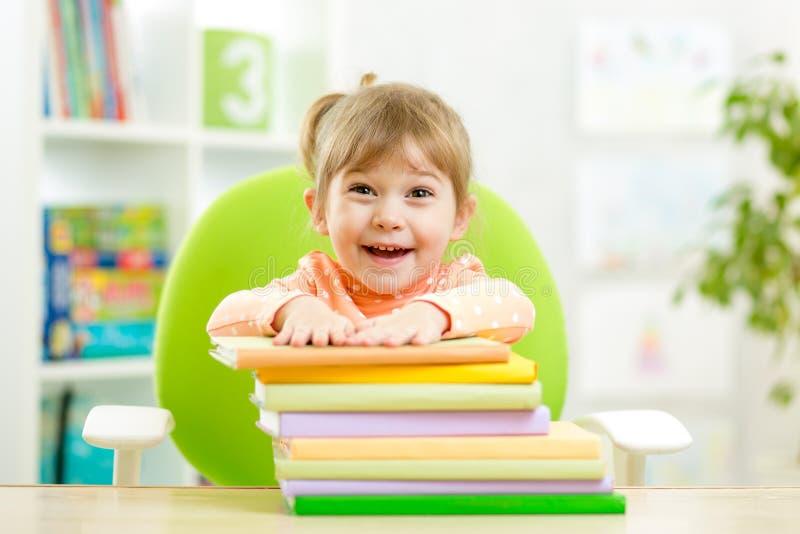 Χαριτωμένο κορίτσι παιδιών preschooler με τα βιβλία στοκ φωτογραφίες