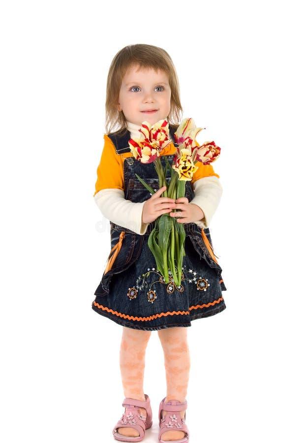χαριτωμένο κορίτσι που δίνει τις τουλίπες στοκ φωτογραφία με δικαίωμα ελεύθερης χρήσης