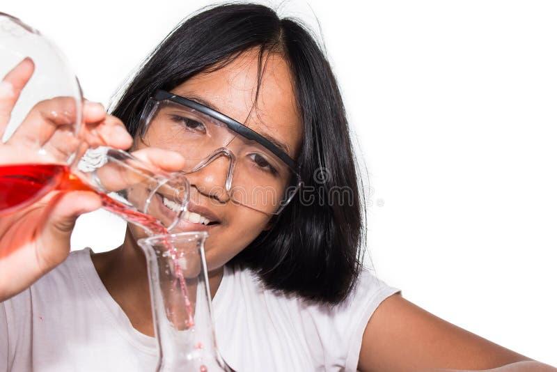 Χαριτωμένο κορίτσι που κάνει το πείραμα επιστήμης στοκ εικόνες με δικαίωμα ελεύθερης χρήσης