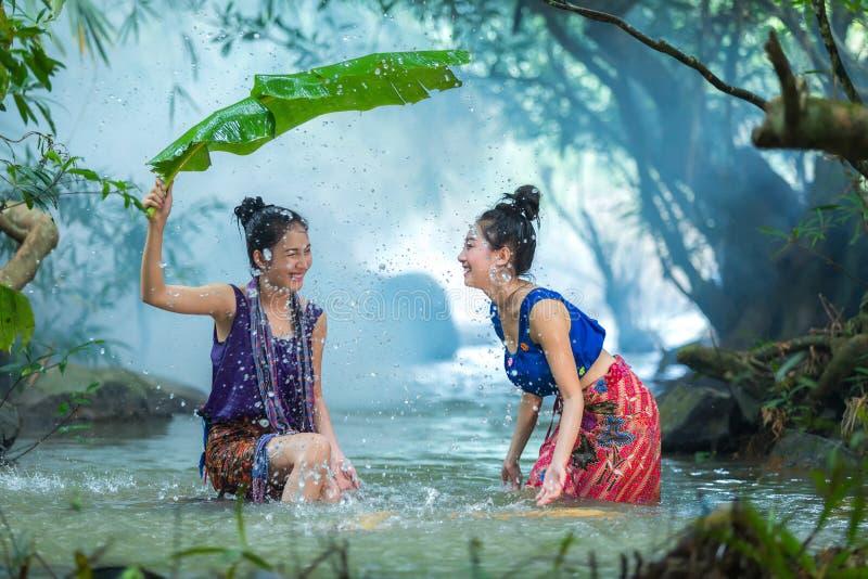 Χαριτωμένο κορίτσι που κολυμπά σε ένα ρεύμα στοκ εικόνες