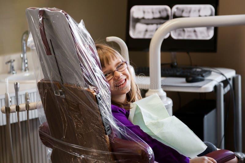 Χαριτωμένο κορίτσι που περιμένει στην οδοντική έδρα στοκ εικόνες