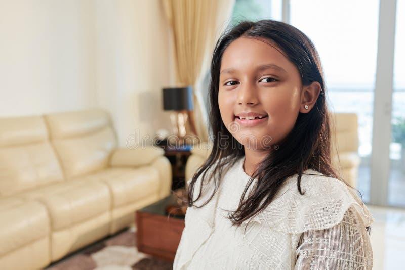 Χαριτωμένο κορίτσι που στέκεται στο σπίτι στοκ φωτογραφίες