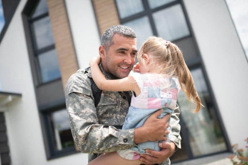 Χαριτωμένο κορίτσι που φωνάζει μετά από να δει το σπίτι επιστροφής πατέρων της στοκ εικόνες