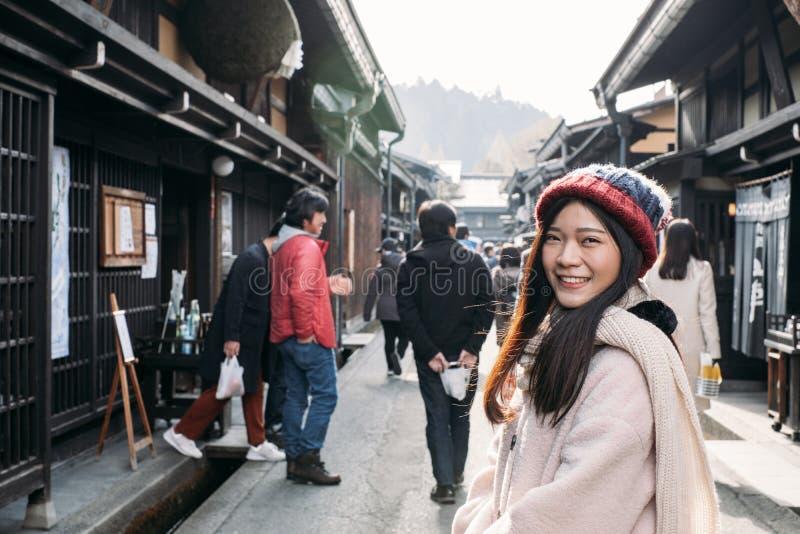 Χαριτωμένο κορίτσι στην παλαιά πόλη Takayama, Ιαπωνία στοκ φωτογραφίες