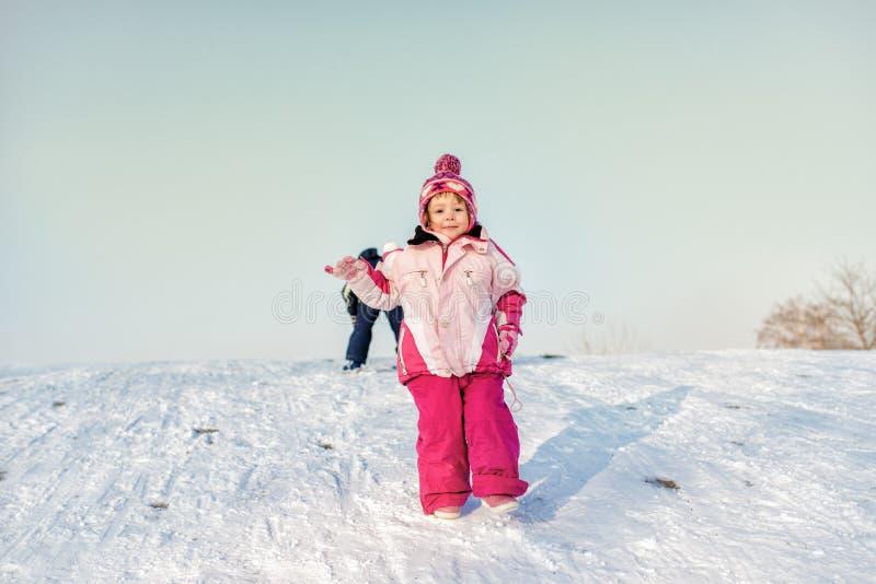 Χαριτωμένο κορίτσι στο χιονισμένο λόφο στοκ φωτογραφία με δικαίωμα ελεύθερης χρήσης