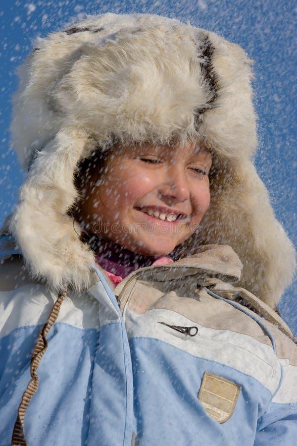 Χαριτωμένο κορίτσι στο χιόνι στοκ φωτογραφίες με δικαίωμα ελεύθερης χρήσης