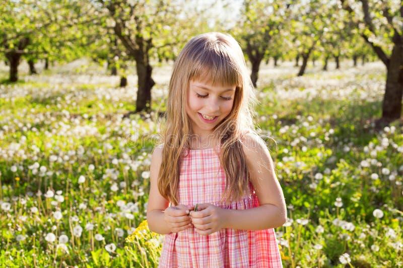 Χαριτωμένο κορίτσι χαμόγελου στοκ φωτογραφία με δικαίωμα ελεύθερης χρήσης