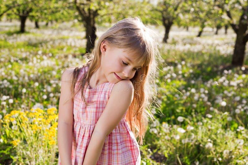 Χαριτωμένο κορίτσι χαμόγελου στοκ εικόνες