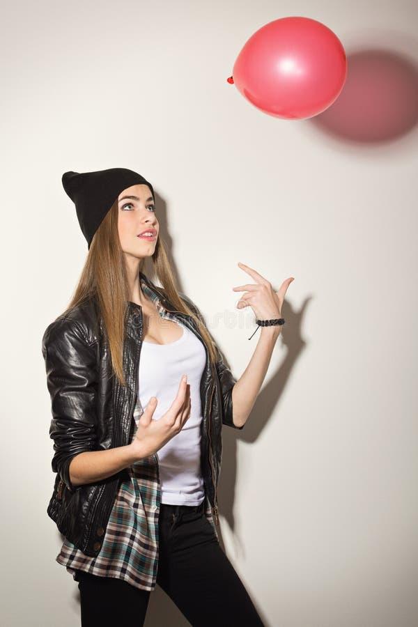 Χαριτωμένο κορίτσι hipster με το μπαλόνι στοκ εικόνες