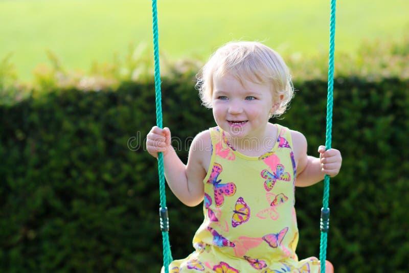 Χαριτωμένο κορίτσι preschooler που ταλαντεύεται υπαίθρια στοκ φωτογραφία
