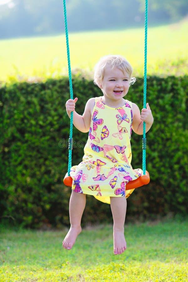 Χαριτωμένο κορίτσι preschooler που ταλαντεύεται υπαίθρια στοκ εικόνα με δικαίωμα ελεύθερης χρήσης