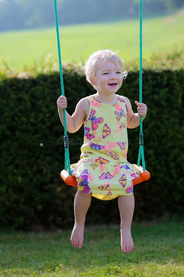 Χαριτωμένο κορίτσι preschooler που ταλαντεύεται υπαίθρια στοκ εικόνες
