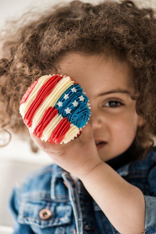Χαριτωμένο κοριτσάκι αφροαμερικάνων με Αμερικανό στοκ φωτογραφίες με δικαίωμα ελεύθερης χρήσης