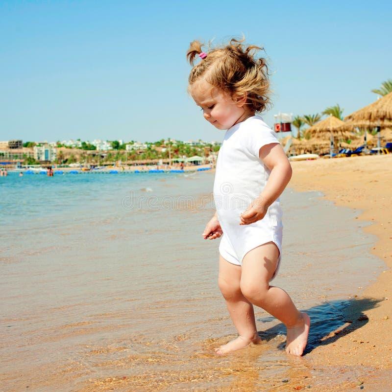 Χαριτωμένο κοριτσάκι που έχει τη διασκέδαση στην παραλία στοκ φωτογραφία με δικαίωμα ελεύθερης χρήσης