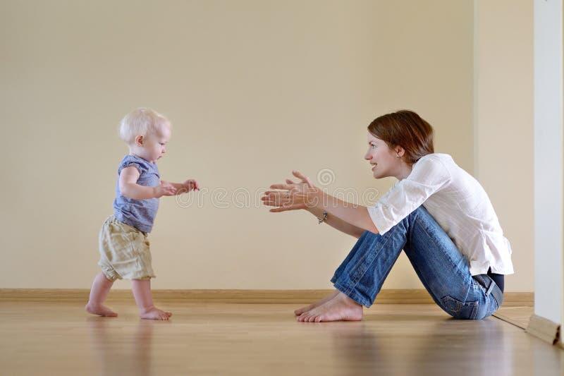 Χαριτωμένο κοριτσάκι που μαθαίνει να περπατά στοκ εικόνες